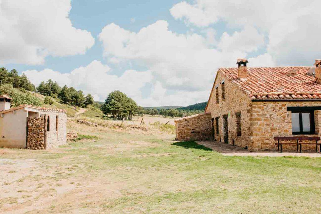 Fachada y barbacoa casa rural